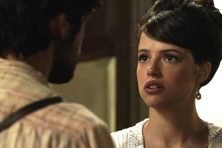 Ema (Agatha Moreira) fica com cara de poucos amigos ao escutar Ernesto (Rodrigo Simas)