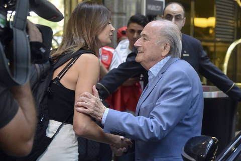 Suspenso, Blatter vira convidado VIP na Rússia e causa desconforto na Fifa