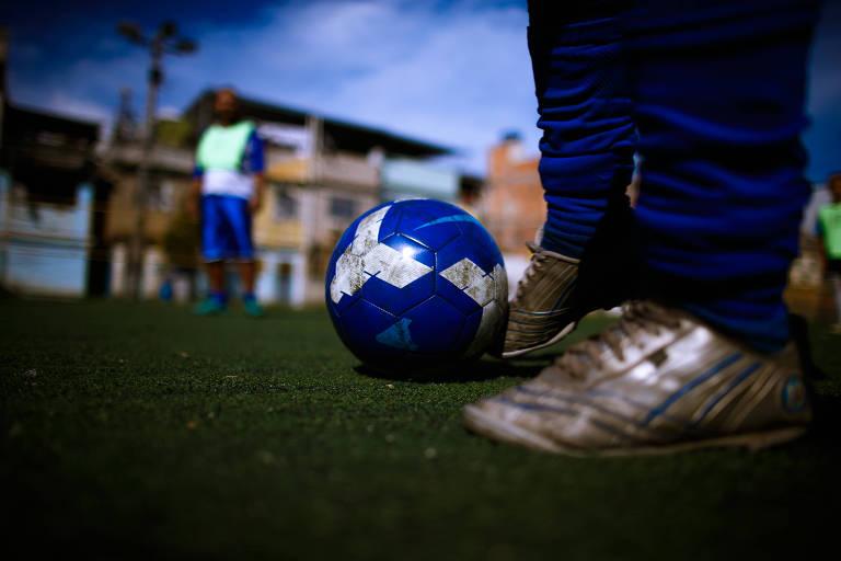 Jovem de comunidade de Niterói (RJ) quer desenvolver app para troca e doação de chuteiras