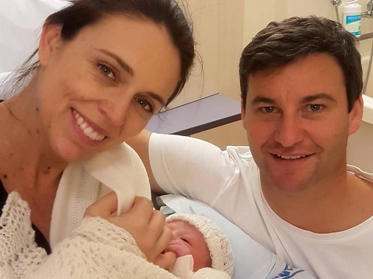 A primeira-ministra da Nova Zelândia, Jacinda Ardern (à esquerda), com sua filha e o marido, Clarke Gayford, em hospital em Auckland