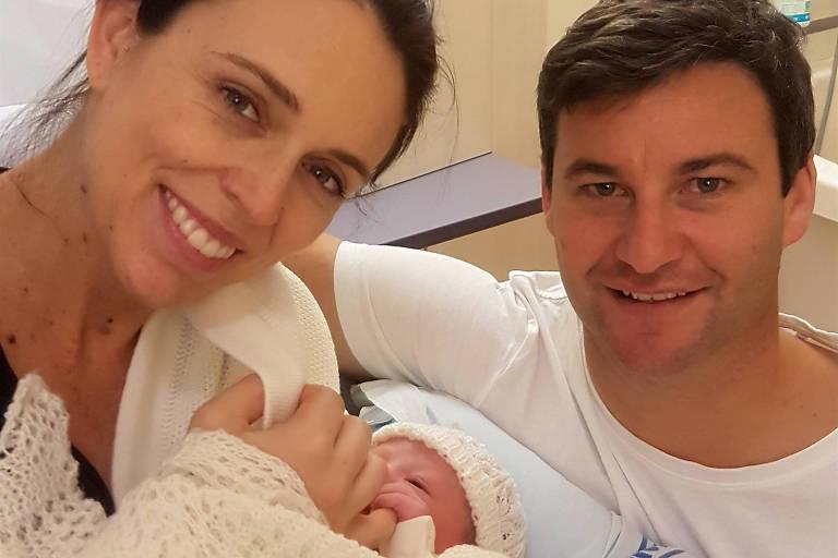 A primeira-ministra posa com o marido, Clarke Gayford, após o nascimento de sua primeira filha, Neve Te Aroha Ardern Gayford