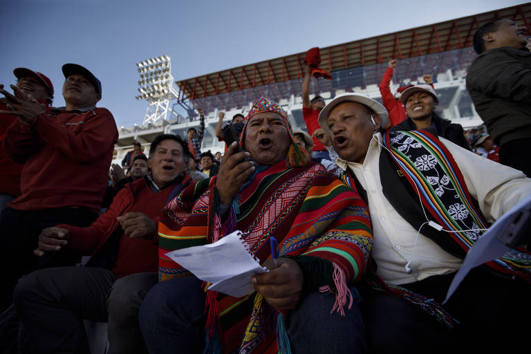 Luis Soto, ao centro, narra as partidas do Peru em quíchua