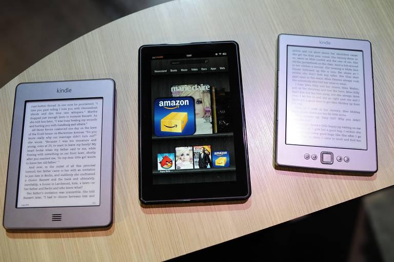 Imagem de três aparelhos Kindle sobre uma mesa