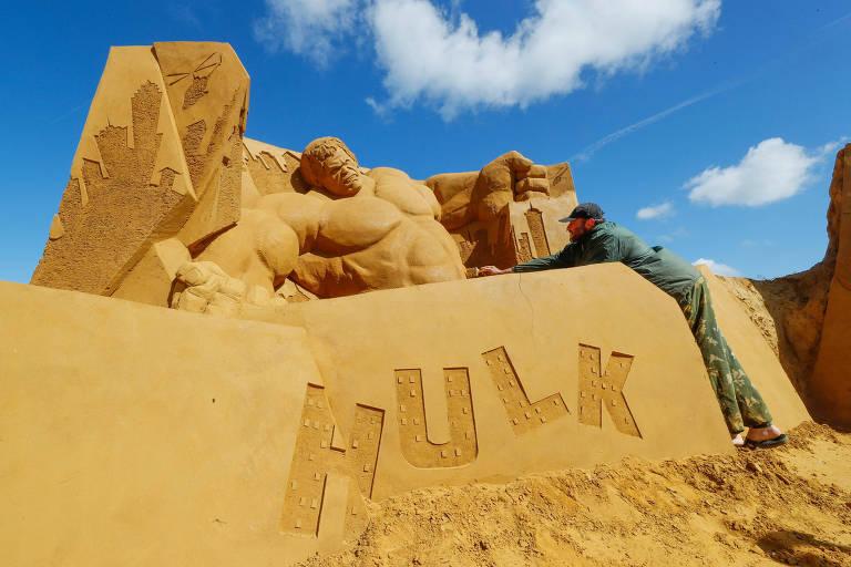 Artista trabalha em escultura do Incrível Hulk em praia na Bélgica