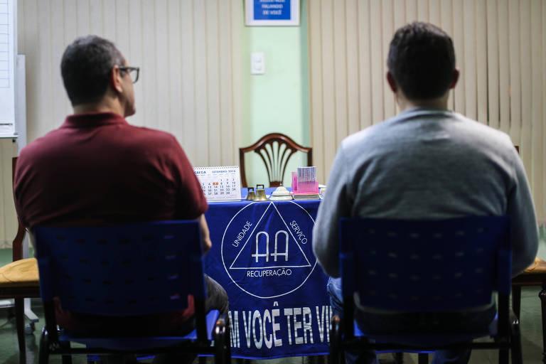 Dependentes participam de reunião dos Alcoólicos Anônimos na zona sul de São Paulo