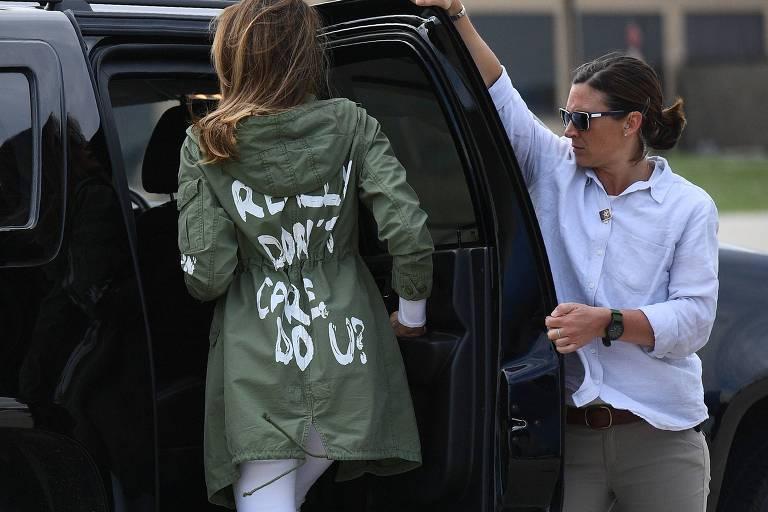 Melania Trump veste casaco polêmico em viagem ao Texas