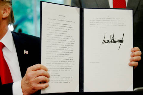 REFILE - CORRECTING BYLINE TYPO U.S. President Donald Trump displays an executive order on immigration policy after signing it in the Oval Office at the White House in Washington, U.S., June 20, 2018.  REUTERS/Leah Millis ORG XMIT: WAS462
