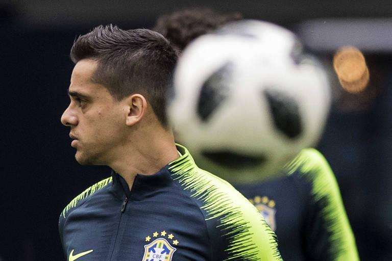 O lateral direito Fagner, que substituirá Danilo no jogo contra a Costa Rica, durante treino da seleção brasileira no estádio São Petersburgo