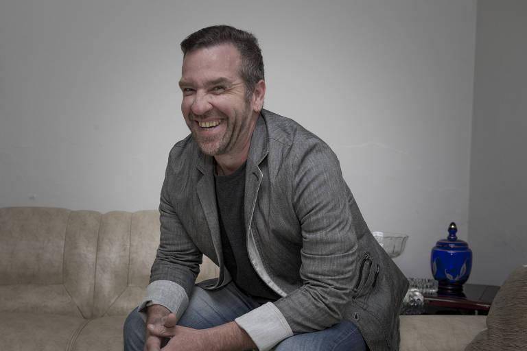 Rodrigo Fioratti está sentado e sorrindo