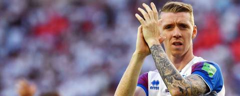 Iceland's defender Birkir Saevarsson acknowledges fans at the end of the Russia 2018 World Cup Group D football match between Argentina and Iceland at the Spartak Stadium in Moscow on June 16, 2018. / AFP PHOTO / Yuri CORTEZ / RESTRICTED TO EDITORIAL USE - NO MOBILE PUSH ALERTS/DOWNLOADS
