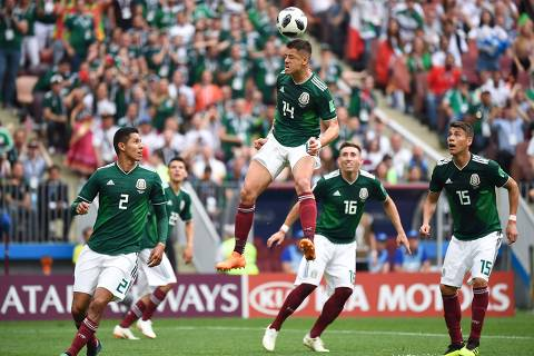 TOPSHOT - Mexico's forward Javier Hernandez (C) heads the ball during the Russia 2018 World Cup Group F football match between Germany and Mexico at the Luzhniki Stadium in Moscow on June 17, 2018. / AFP PHOTO / Kirill KUDRYAVTSEV / RESTRICTED TO EDITORIAL USE - NO MOBILE PUSH ALERTS/DOWNLOADS