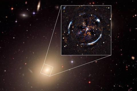Imagem da galáxia ESO 325-G004 e do anel de Einstein produzido por uma lente gravitacional, visto pelo Telescópio Espacial Hubble