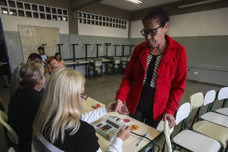 Eleitora votando em São Paulo