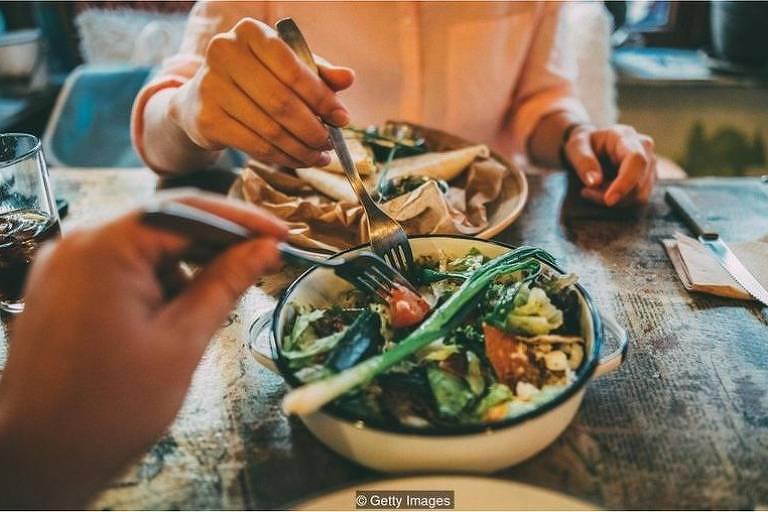 Estudos indicam que normas sociais afetam nossos hábitos alimentares