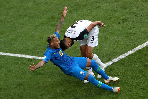 Soccer Football - World Cup - Group E - Brazil vs Costa Rica - Saint Petersburg Stadium, Saint Petersburg, Russia - June 22, 2018   Costa Rica's Giancarlo Gonzalez fouls Brazil's Neymar in the penalty area before the penalty award is rescinded after referral to VAR    REUTERS/Lee Smith     TPX IMAGES OF THE DAY ORG XMIT: AI