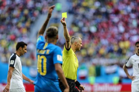 Neymar é flagrado pelo VAR, faz gol e se ajoelha com as mãos no rosto
