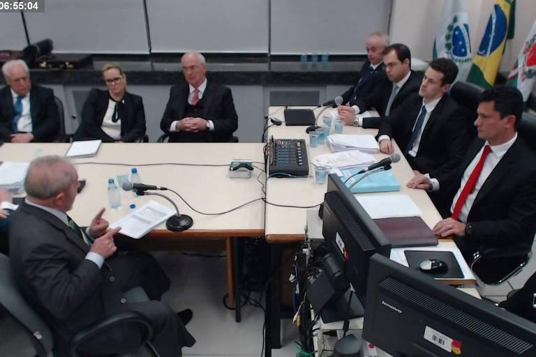 Os procuradores Carlos Fernando Santos Lima, Julio Noronha e Roberson Pozzobon (no alto, à direita), em audiência com Lula e Moro em maio de 2017