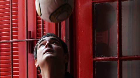 SÃO PAULO / SÃO PAULO / BRASIL -11 /06/18 - :00h -O cantor Samuel Rosa vai falar à Memorabilia sobre uma música que o inspirou a compor sobre futebol.  ( Foto: Karime Xavier / Folhapress) . ***EXCLUSIVO***ILUSTRÍSSIMA