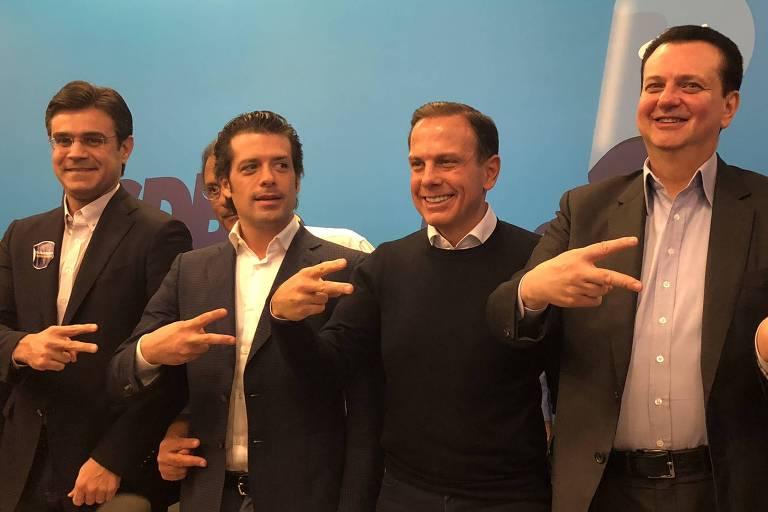 O presidente estadual do PP, Guilherme Mussi, faz símbolo da campanha de Doria ao lado do tucano