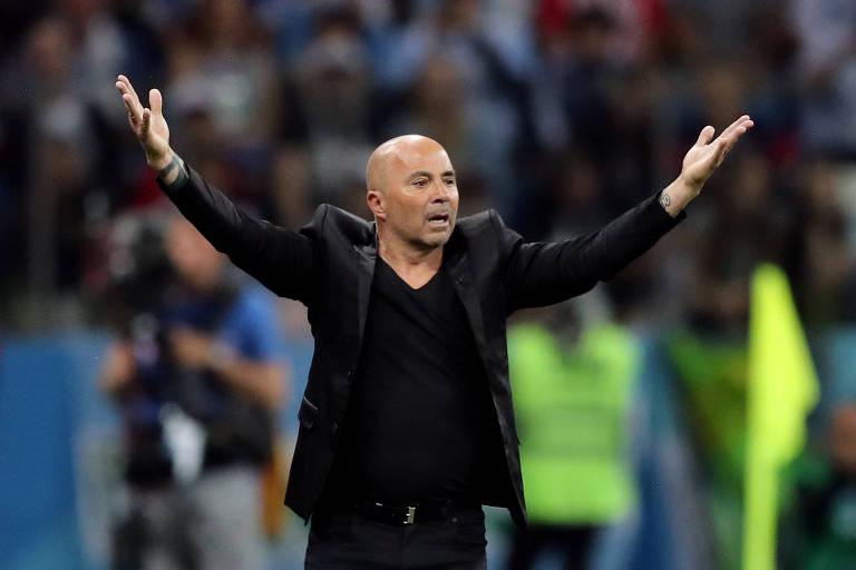O técnico Jorge Sampaoli gesticula durante a partida entre Argentina e Croácia, vencida pela seleção europeia por 3 a 0, em Nizhny Novgorod