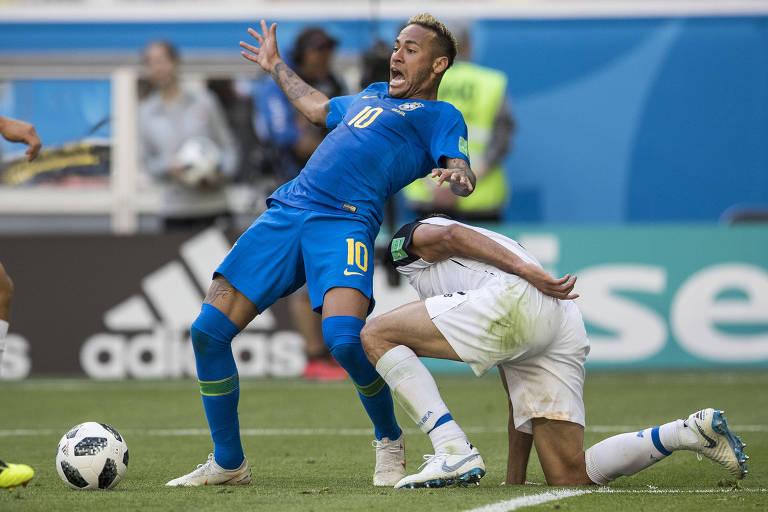 Neymar em lance no qual o árbitro marcou pênalti e depois voltou atrás após consultar o assistente de vídeo