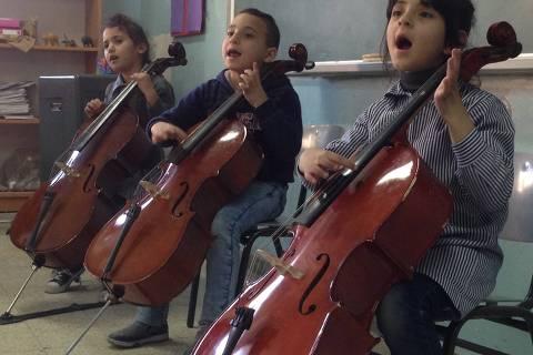 Crianças palestinas abrigadas em campos de refugiados participam de aulas e oficinas ministradas por artistas associados à ONG Músicos Sem Fronteiras (Musicians Without Borders), fundada por Laura Hassler, que vem ao Brasil participar de evento do Projeto Guri