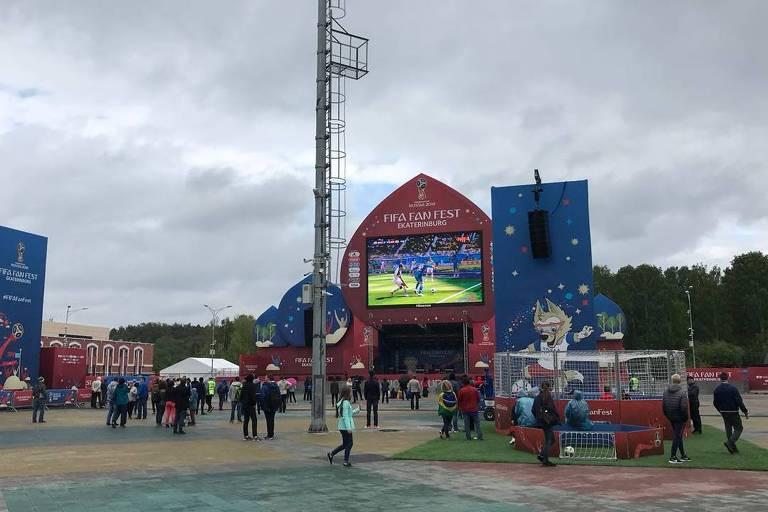Na Fan Fest de Iekaterimburgo, o tempo com chuviscos e frio de 15 graus não ajudou a animar a presença de torcedores