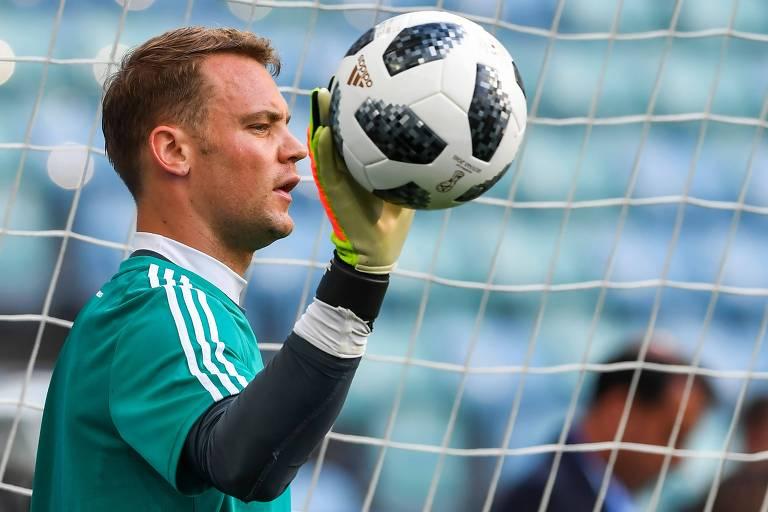 Neuer participa do treinamento de reconhecimento da seleção alemã no  Estádio Fisht e415b6c2a2aef