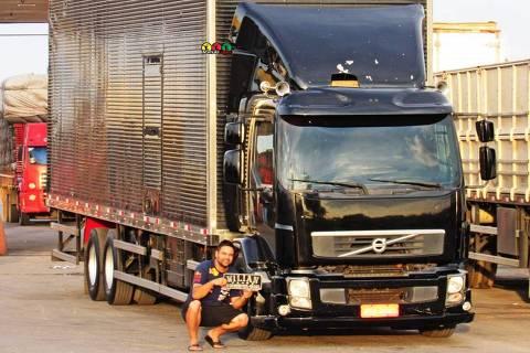 O caminhoneiro William Banzer, 32, motorista desde 2012, usa aplicativos como CargoX, Fretebras e TruckPad para encontrar cargas