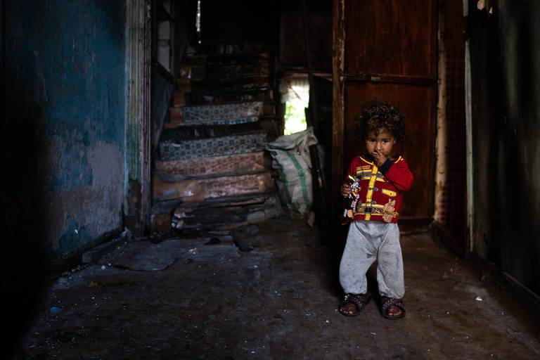 O menino sírio Yazan, 4, na casa ocupada por sua família, em Istambul