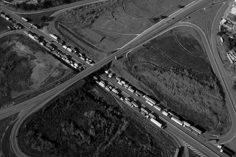 Caminhões bloqueiam trecho da BR-262, em Juatuba (MG), em maio deste ano; paralisação comprometeu a frágil retomada da economia