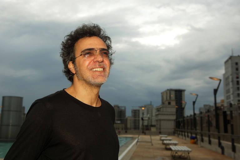 O cantor posa para foto com óculos escuros