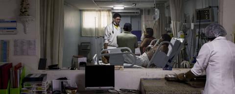 ARACAJU, SE, 23.03.2017: SAÚDE-SE - SUS x hospitais particulares. Grupo de médicos sergipanos preparou estudo com pacientes coronários que aponta um enorme abismo entre o SUS, programa de saúde do Governo Federal, e os hospitais privados. O índice de óbito no SUS é de 80%, enquanto na rede privada esse número cai para 20%. Na foto, movimentação de médicos e pacientes no setor de atendimento coronário da Fundação de Beneficência Hospital de Cirurgia. (Foto: Adriano Vizoni/Folhapress)