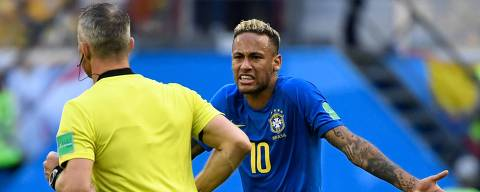 Brazil's forward Neymar (R) speaks to the Dutch referee Bjorn Kuipers during the Russia 2018 World Cup Group E football match between Brazil and Costa Rica at the Saint Petersburg Stadium in Saint Petersburg on June 22, 2018. / AFP PHOTO / CHRISTOPHE SIMON / RESTRICTED TO EDITORIAL USE - NO MOBILE PUSH ALERTS/DOWNLOADS