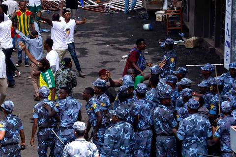 Ethiopian security forces intervene on Meskel Square in Addis Ababa on June 23, 2018 where a blast killed several people during a rally called by the Prime Minister Abiy Ahmed.