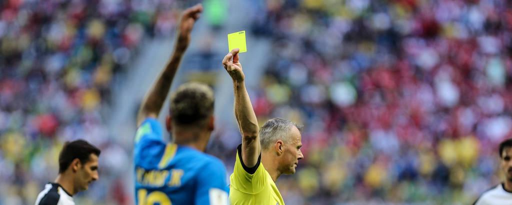 O árbitro holandês Bjorn Kuipers dá cartão amarelo para Neymar no jogo entre Brasil e Costa Rica