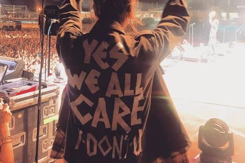 Jaqueta de Jill, esposa de Eddie Vedder, exibida em show em Milão