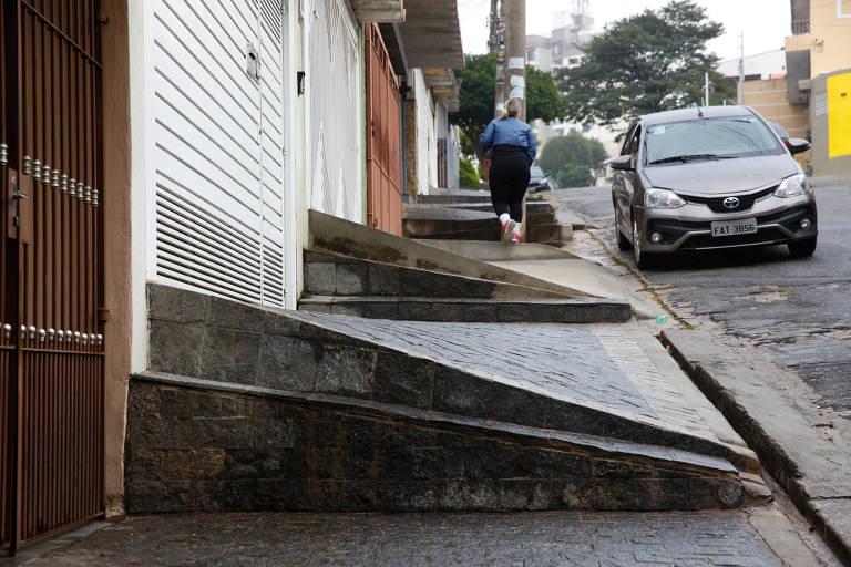 Pedestre caminha na rua Angelo Richiutti, zona norte de SP