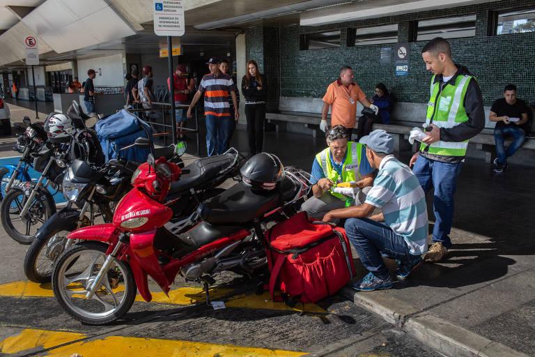 Motoboys entregam marmitas no aeroporto de Congonhas (SP)