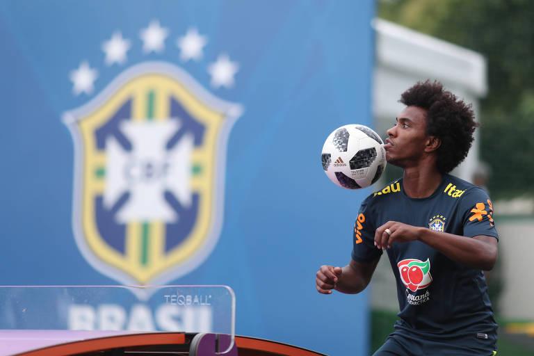 Willian em treino da seleção brasileira