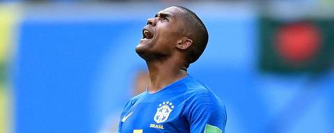 Brazil's forward Douglas Costa celebrates at the end of the Russia 2018 World Cup Group E football match between Brazil and Costa Rica at the Saint Petersburg Stadium in Saint Petersburg on June 22, 2018. / AFP PHOTO / GABRIEL BOUYS / RESTRICTED TO EDITORIAL USE - NO MOBILE PUSH ALERTS/DOWNLOADS