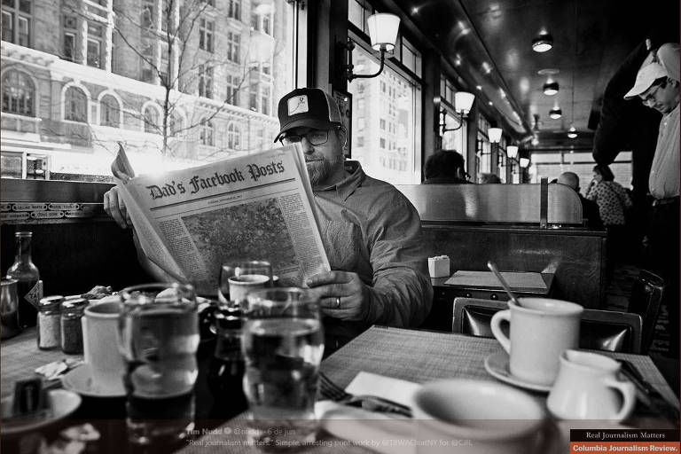 Campanha contra fake news da revista Columbia Journalism Review retrata pessoa lendo jornal com logotipo alterado para 'Post do Facebook do meu pai'