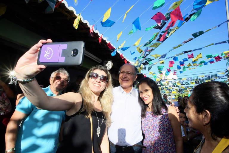 Alckmin posa ao lado da mulher em visita a Campina Grande
