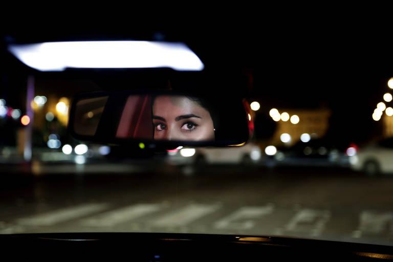 Saudita dirige carro pela primeira vez em Riad no dia 24 de junho, após o fim do veto às mulheres ao volante no país