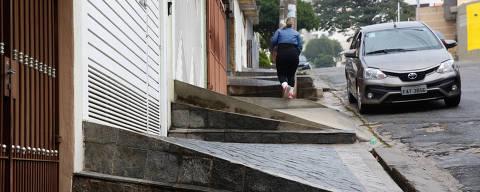 SÃO PAULO, SP,  BRASIL-06-06- 2018 : Pedestres caminham na rua Angelo Richiutti, zona norte de Sao Paulo, onde a assessibilidade foi considerada a pior de Sao Paulo.  Um estudo da USP reuniu várias bases de dados e chegou a um mapa sobre as condições de acessibilidades nos bairros  de SP. O levantamento considerou: topografia, transportes, estabelecimentos, estacionamentos e comércio. A região do Brás, Bom Retiro e Pari, no centro, foram apontada como a com melhores condições de topografia, ou seja, sem grandes aclives e declives para serem enfrentados. Já Marsilac, Tremembé e Brasilândia foram as apontadas como as piores em índices topográficos. . ( Foto: Joel Silva/Folhapress ) ***COTIDIANO *** ( ***EXCLUSIVO FOLHA***)