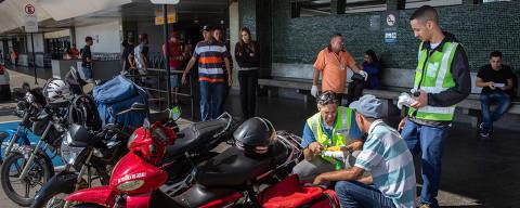 SAO PAULO, SP, BRASIL 20-06-2018: Passageiros, funcionarios de lojas e do aeroporto de Cumbica em Guarulhos compram marmitex para almoçar. Preços dos restaurantes do aeroporto e falta de refeitorio obrigam funcionarios a comprar marmita. (Diego Padgurschi /Folhapress - COTIDIANO) *** EXCLUSIVO***