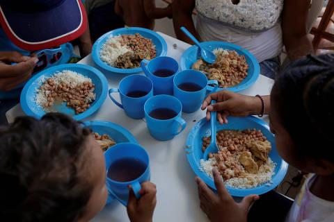 Venezuelan refugees eat lunch at the Casa de Acolhida Santa Catarina shelter in Manaus, Brazil May 4, 2018. REUTERS/Bruno Kelly ORG XMIT: UMS10
