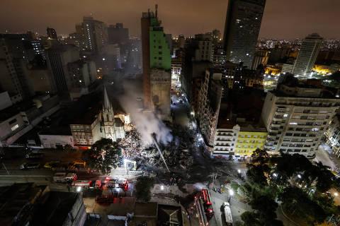 *******INTERNET OUT******* São Paulo, SP, BRASIL, 01/05/2018, 19:30: Bombeiros trabalham  durante a noite na retirada de  entulhos do edifício Wilton Paes de Almeida, de 24 andares que pegou fogo e desabou na região do Largo do Paissandu, no Centro de São Paulo, na madrugada desta terça-feira (1º). O local era uma ocupação irregular, e moradores afirmam que o fogo começou por volta da 1h30 no 5º andar. Bombeiros trabalham no local em busca de vítimas. (Foto: Marcelo Justo/UOL).  **