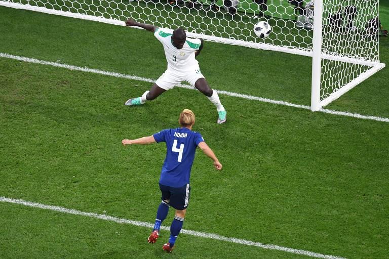 Honda marca pelo Japão contra Gana na Copa do Mundo de 2018. Foi o terceiro mundial em que ele anota gol
