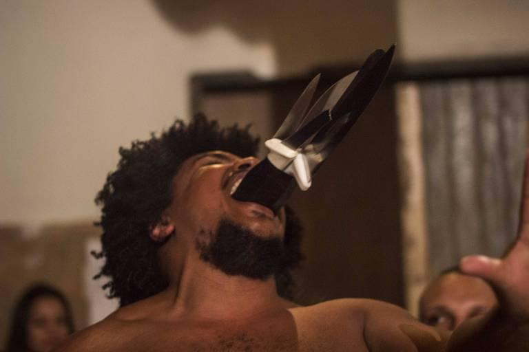 Ator Ailton Barros na peça 'Plantar Cavalos para Colher Sementes'